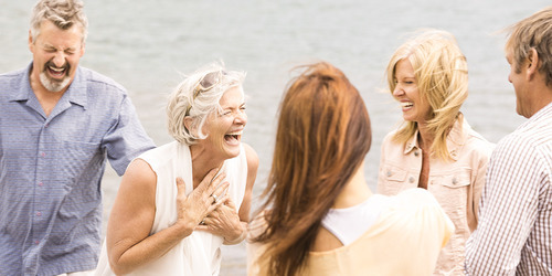 Grupo de mujeres maduras al aire libre riendo en actitud amistosa
