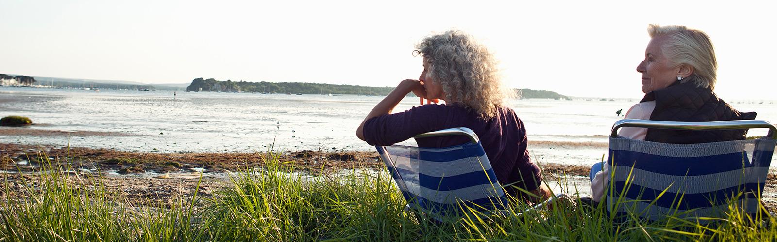 Дві літні жінки насолоджуються краєвидом на пляжі