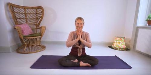 Bilde med en dame som gjøre yogaøvelse