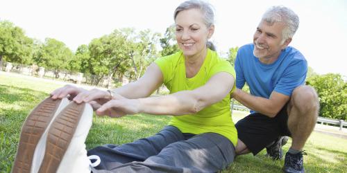 Женщина выполняет упражнения с тренером