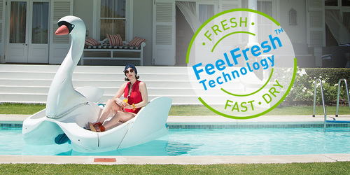 Femme assise près d'une piscine au soleil à côté de l'affirmation lights by TENA «cinq fois plus au sec que les protège-slips classiques».