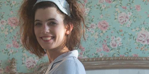 Kvinde, der vågner op med udtværet make-up og rodet hår.