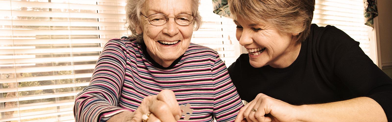 Mladá žena a staršia žena skladajú puzzle – aktivity, ktoré môžete robiť s milovanou osobou.