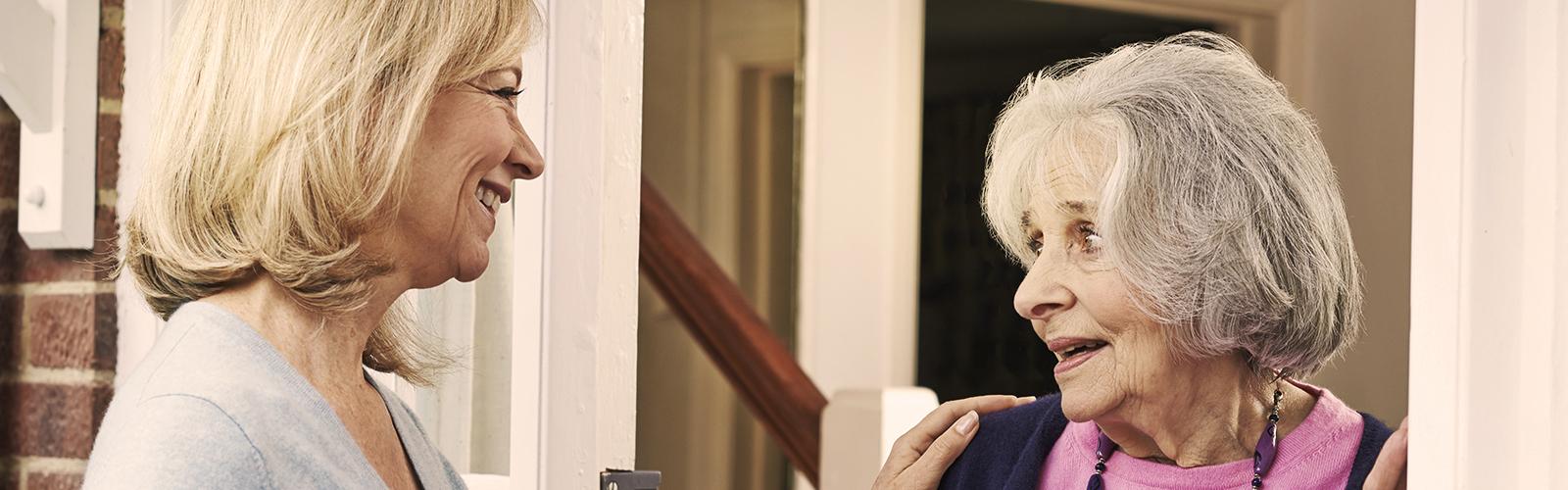 Mladšia žena zdraví staršiu ženu – začiatok vašej opatrovateľskej cesty