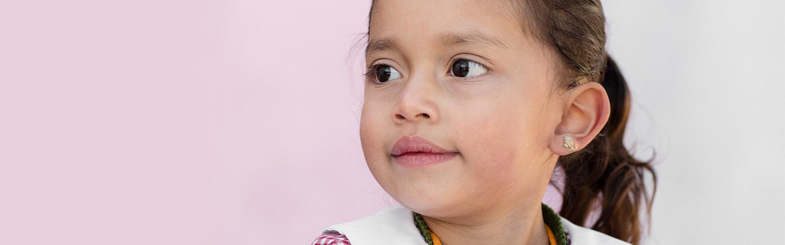 Neljävuotias tyttö tarkastelee maailmaa uteliaasti ihmetellen