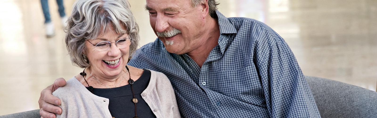 Para wpodeszłym wieku siedząca na kanapie