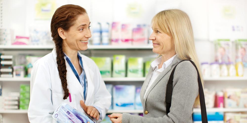 Žena kupuje TENA Lady u ljekarni