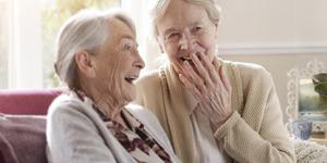 Un'infermiera e un'anziana signora piacevolmente insieme