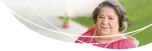 Ältere Dame, die das TENA Bariatric Sortiment nutzt.