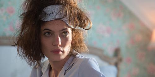 Femme qui se réveille avec les cheveux en pagaille.