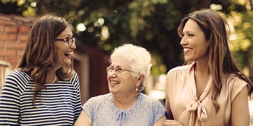 Vanhempi nainen ja kaksi nuorempaa naista ulkona – kuinka ikääntyminen vaikuttaa liikuntakykyyn