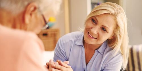 Staršia žena sedí s mladšou ženou – ako sa starať o milovanú osobu s poruchami mentálneho zdravia