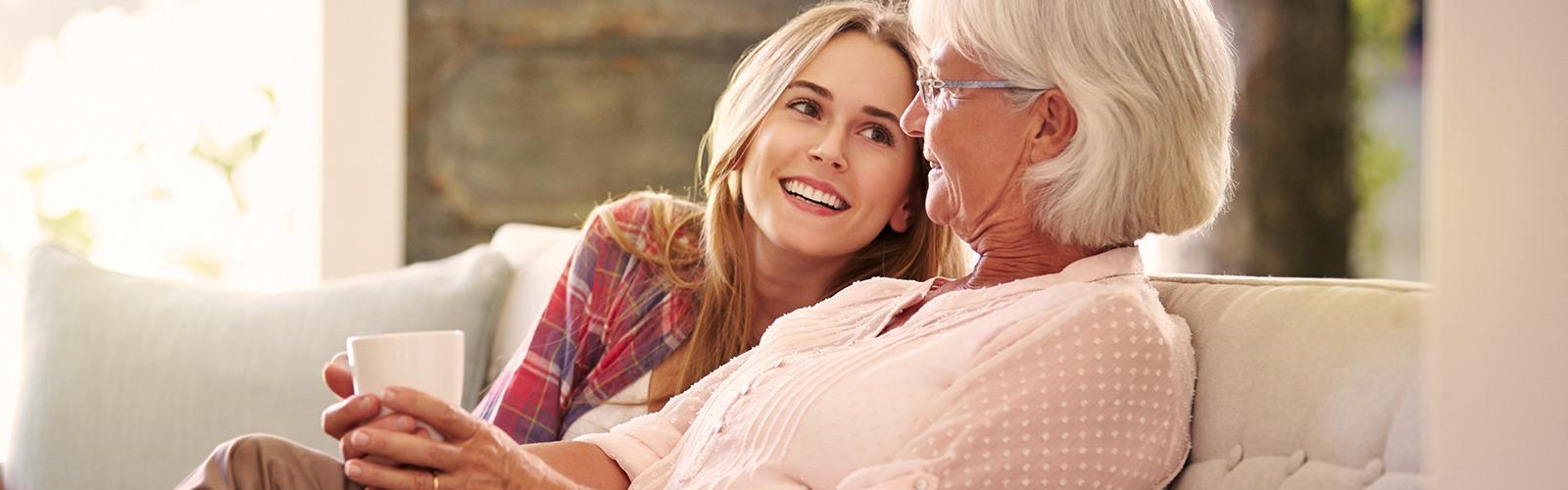 Femme âgée et femme plus jeune dégustant un thé – que faire en premier