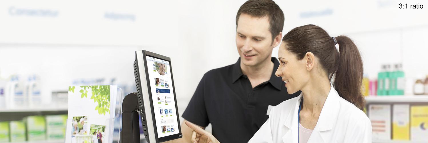 Două persoane în fața calculatorului