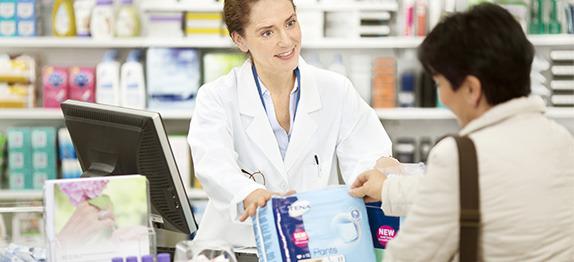 Žena kupuje TENA Pants u ljekarni