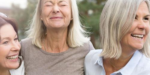 Drei Frauen lachen im Freien