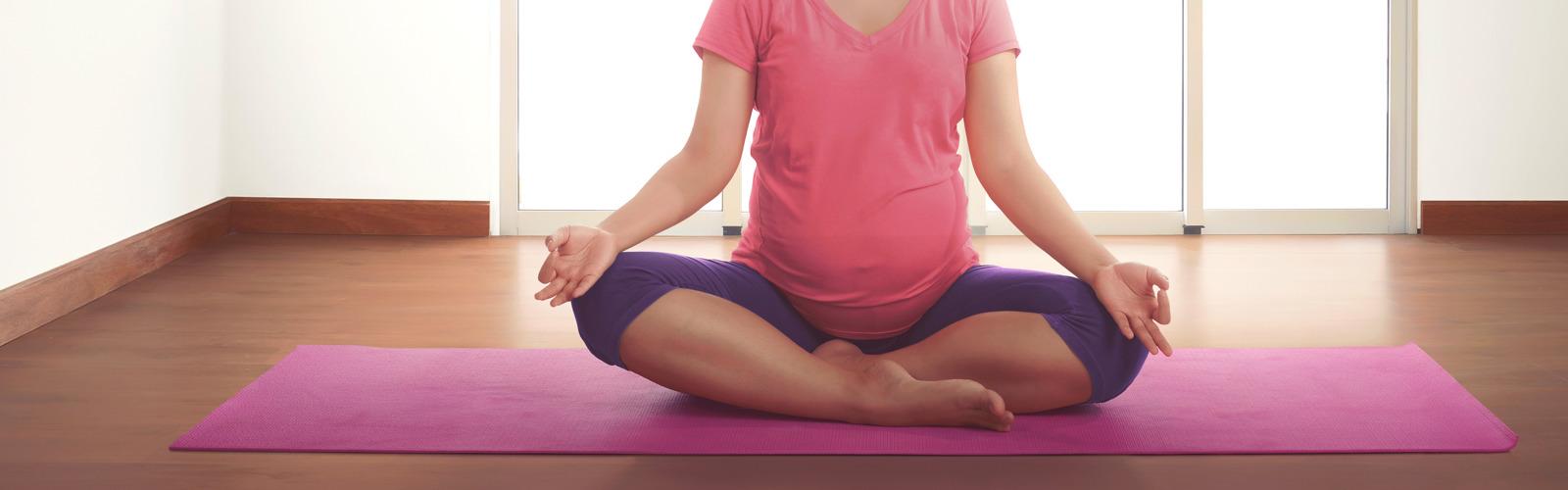 Zwangere vrouw die yoga doet en zich zelfverzekerd voelt met lights by TENA.