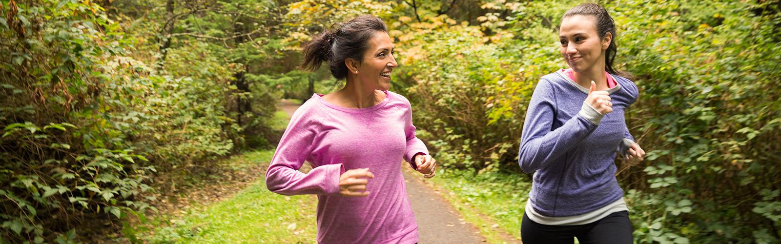 Két nő fut az erdőben