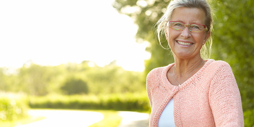 Счастливая женщина улыбается