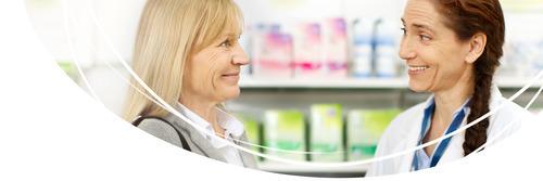 Cliente in una farmacia mentre acquista TENA