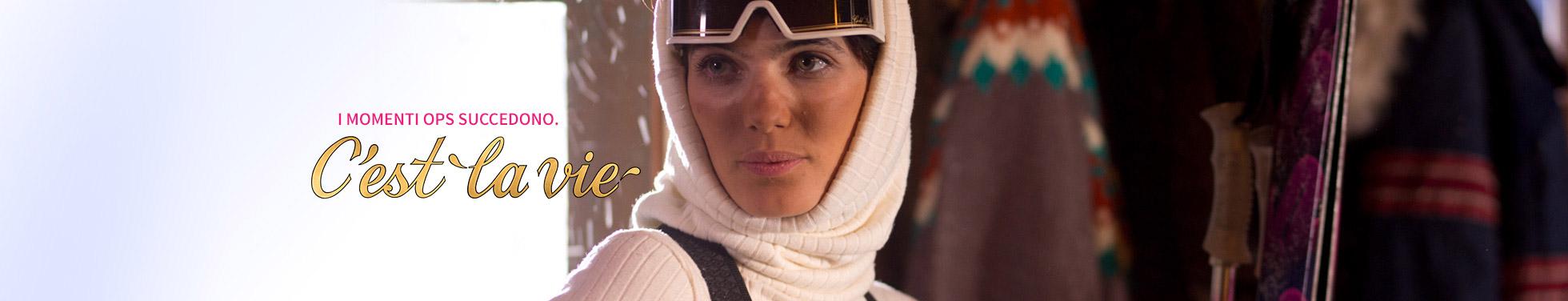 Donna abbronzata con il segno degli occhiali da sci.
