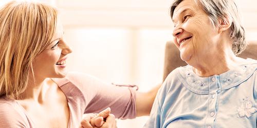 Mlajša ženska se pogovarja s starejšo gospo – kako zagotoviti varnost v vašem domu
