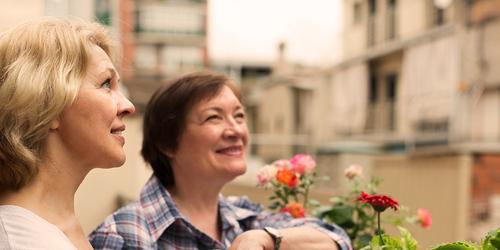 Twee oudere vrouwen die in de tuin werken – een lijst van veelgebruikte termen over incontinentie