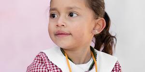 O fetiţă de 4 ani se uită către lume cu mirare şi curiozitate